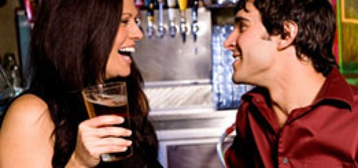 woman-flirting-with-guy-in-bar-262x123